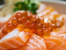 Salmon Ikura Don, foco selectivo en las huevas de color salmón Imagenes de archivo