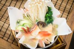 Salmon Kami Nabe laxsoppa med japansk stil för pappers- kruka arkivbild