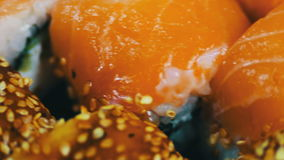 Salmon Maki Roll Culinária japonesa do sushi com os peixes crus frescos Prato japonês que consiste no arroz, nos salmões ou no at filme