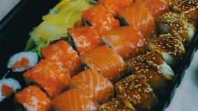 Salmon Maki Roll Culinária japonesa do sushi com os peixes crus frescos Prato japonês que consiste no arroz, nos salmões ou no at vídeos de arquivo