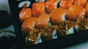 Salmon Maki Roll Culinária japonesa do sushi com os peixes crus frescos Prato japonês que consiste no arroz, nos salmões ou no at video estoque