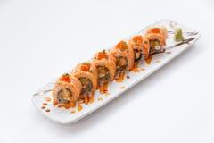 Salmon Maki Sushi incendié avec le Tempura, l'avocat et le fromage de crevette à l'intérieur Complétant avec de la sauce, l'oeuf  Photographie stock libre de droits