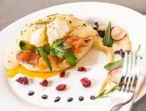 Salmon Muffin affumicato e uovo alla benedict con salsa olandese Fotografia Stock Libera da Diritti