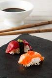 Salmon Nigiri avec les oeufs de poisson saumonés Photo libre de droits