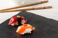 Salmon Nigiri avec les oeufs de poisson saumonés Photo stock