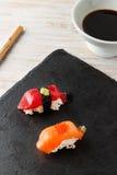 Salmon Nigiri avec les oeufs de poisson saumonés Images stock