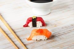 Salmon Nigiri avec les oeufs de poisson saumonés Photos libres de droits
