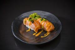 Salmon Nigiri, saumon de sushi a brûlé et a complété avec des oeufs de crevette photographie stock libre de droits