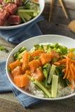 Salmon Poke Bowl orgânico cru Foto de Stock