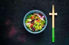 Salmon Poke Salad avec les épinards et le basilic Nourriture faite maison Le concept d'un repas savoureux et sain Fond en pierre  photographie stock