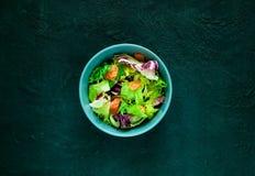Salmon Poke Salad med spenat och basilika Begreppet av ett smakligt och sunt mål Mörk stenbakgrund ovanför sikt arkivbild