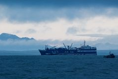 Salmon Processer ancorou em Bristol Bay fora de Ekuk foto de stock