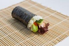 Salmon Roe Avocado Hand Roll Temaki imagem de stock