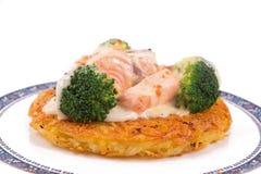 Salmon Rosti sirvió con bróculi hervido y la salsa blanca del bechamel Fotografía de archivo libre de regalías
