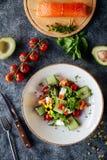 Salmon Salad avec des épinards, des tomates-cerises, la mâche, des épinards de bébé, la menthe fraîche et le basilic image stock
