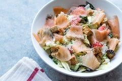 Salmon Salad com pães ralados e queijo parmesão do pão torrado Foto de Stock