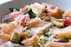 Salmon Salad com pães ralados e queijo parmesão do pão torrado Fotografia de Stock