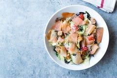 Salmon Salad com pães ralados e queijo parmesão do pão torrado Fotografia de Stock Royalty Free