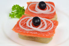 Salmon Sandwiches com cebolas e azeitonas pretas Foto de Stock Royalty Free