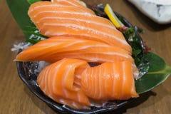 Salmon Sashimi över is på den svarta bunken Royaltyfri Foto