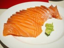 Salmon Sashimi en una placa blanca Foto de archivo
