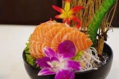 Salmon Sashimi med blomman Royaltyfri Bild