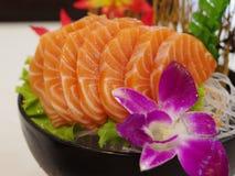 Salmon Sashimi med blomman Royaltyfri Foto