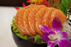 Salmon Sashimi med blomman Royaltyfri Fotografi