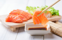 Salmon Sashimi met eetstokjes stock afbeelding