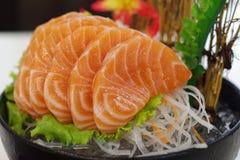 Salmon Sashimi mit Blume Lizenzfreie Stockfotos