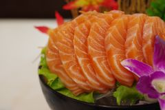 Salmon Sashimi mit Blume Stockbild