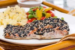Salmon in sesame breaded, vegetables and mashed potatoes Royalty Free Stock Photos