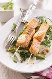 Salmon Skew grelhado com Rocket Salad imagem de stock