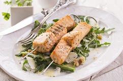 Salmon Skew grelhado com Rocket Salad fotos de stock royalty free