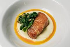 Salmon Steak al forno con la fetta del limone e degli spinaci Fotografia Stock