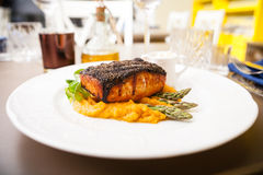 Salmon steak with asparagus Royalty Free Stock Photography