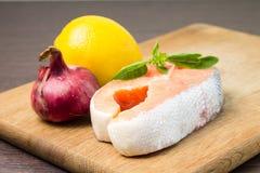 Salmon Steak auf hölzernem Hintergrund Lizenzfreie Stockfotografie