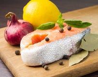 Salmon Steak auf hölzernem Hintergrund Stockfoto