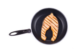 Salmon Steak auf Pan Lizenzfreie Stockbilder