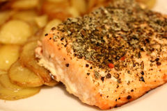 Salmon Steak com batatas foto de stock
