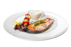 Salmon Steak med gr?nsaker och s?s arkivfoton