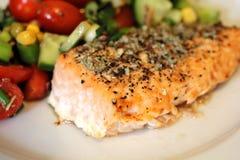 Salmon Steak med sallad royaltyfri fotografi