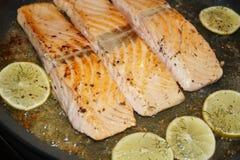 Salmon Steak met garnalen royalty-vrije stock foto's
