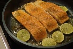 Salmon Steak met garnalen stock foto