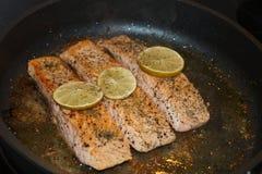 Salmon Steak met garnalen stock foto's