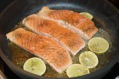 Salmon Steak met garnalen royalty-vrije stock afbeeldingen