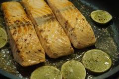 Salmon Steak met garnalen stock afbeeldingen