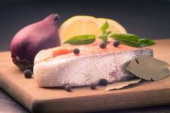 Salmon Steak mit Gewürzen auf hölzernem Hintergrund Stockbilder