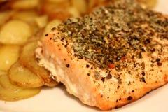Salmon Steak mit Kartoffeln Stockfoto