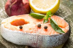 Salmon Steak på gammalt Wood bräde Arkivfoton